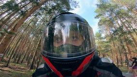 Berufsreiter im Sturzhelm, der schnell auf eine Straße fährt stock video
