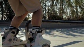 Berufsschlittschuhläufer in skatepark Zeitlupe stock footage