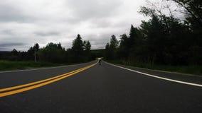 Berufsskateboardfahrer, der schnell abwärts die leere Landschaftsstraße auf longboard am bewölkten Tag, Schuss des niedrigen Wink stock video footage