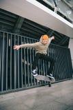 Berufsskateboardfahrer, der Trick durchführt lizenzfreie stockfotos
