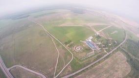 Berufsskydiverfliege über grünem Flachland Sommer landschaft Extreme Liebhaberei stock video