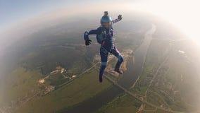Berufsskydivers in der Uniform, die in Himmel fällt Extremer Sport Halten der Balance stock video