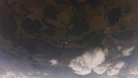 Berufsskydivers in der Uniform geben das Fallen in Himmel frei Öffnungsfallschirm drehzahl stock video footage
