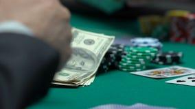 Berufsspieler geht gesamt-in und wettet das Geld und Eigentum, die im Gewinn überzeugt sind stock footage