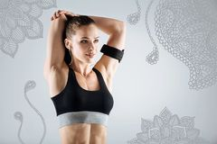 Berufssportlerin, die ihre Muskeln bei der Ausbildung ausdehnt Lizenzfreie Stockfotografie