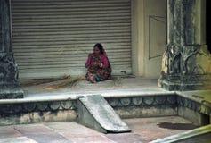 Berufstätige Frau in den Straßen von Indien stockfoto