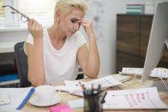 Berufstätige Frau im Büro Stockfotos