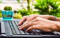 Berufstätige Frau mit Laptop Stockfoto