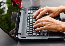 Berufstätige Frau mit Laptop Stockbild