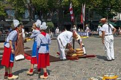 Berufstätige Frauen und Männer am Käsemarkt in Hoorn Stockfoto