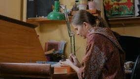 Berufstöpfer, der keramische Andenkenpennypfeife in der Tonwarenwerkstatt malt stock video