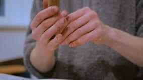 Berufstöpfer, der keramischen Tabakpfeife herstellt stock footage