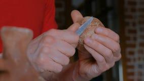 Berufstöpfer, der trockene Lehmschale mit Spezialwerkzeug in der Tonwarenwerkstatt formt stock video