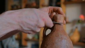 Berufstöpfer, der trockenes Lehmglas mit Spezialwerkzeug in der Tonwarenwerkstatt formt stock footage