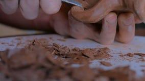 Berufstöpfer, der trockenes Lehmglas mit Spezialwerkzeug in der Tonwarenwerkstatt formt stock video