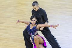 Berufstanz-Paar führt lateinamerikanisches Programm Youth-2 über internationale WR Tanz-Schale WDSF durch Lizenzfreies Stockfoto