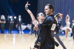 Berufstanz-Paare von Gerasimov Svyatoslav und von Zakharchuk Anastasia Performs Adults Latin-American Program lizenzfreie stockfotografie