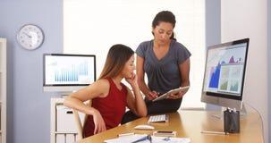 Berufsteam von den multiethnischen Geschäftsfrauen, die im Büro arbeiten stockbilder