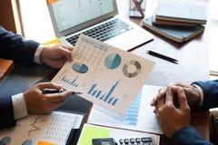 Berufsteilhaberteam, das auf Sitzung zur analysierenden Darstellungsplanungs-Investitionsvorhabenfunktion sich bespricht und lizenzfreie stockfotos