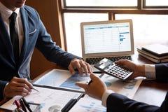 Berufsteilhaberteam, das auf Sitzung zur analysierenden Darstellungsplanungs-Investitionsvorhabenfunktion sich bespricht und lizenzfreie stockbilder