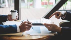 Berufsteilhaberteam, das auf Sitzung zur analysierenden Darstellungsplanungs-Investitionsvorhabenfunktion sich bespricht und lizenzfreies stockfoto