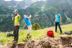 Berufstouristen im Urlaub Wanderung in der Wanderung Stockfotos