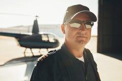 Berufsversuchsstellung im Flugzeughangar lizenzfreie stockfotos