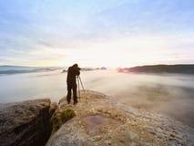 Berufswanderer- und Fotografschießen in der Natur mit einer Digitalkamera und einem Stativ Stockfoto