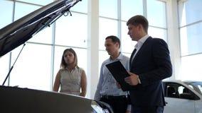 Berufswartungskäuferautomobil, Managerautohaus, das mit Verbraucher, glückliche Familie mit Autohändler spricht stock video