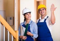 Berufswartungszweiköpfige besatzung Spezialisten zuhause lizenzfreies stockbild