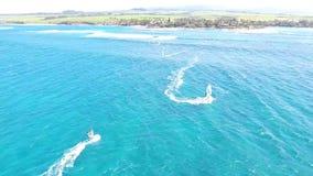 Berufswindsurfer, der in ruhiges blaues Türkisozeanwasser im schönen Sommerküsten-Strandmeerblick in der Antenne 4k surft stock video footage