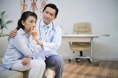 Beruhigen des älteren Patienten stockfotografie