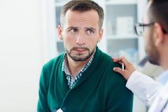 Beruhigen des umgekippten Patienten stockfotografie