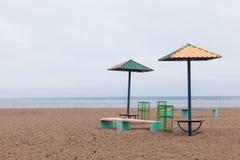 Beruhigen Sie ruhiges See-Landschaft-sanshade auf dem Ufer stockbilder