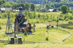 Beruhigen Sie unten Boote Hölzerne Kirche Mountais in Russland Lizenzfreies Stockbild