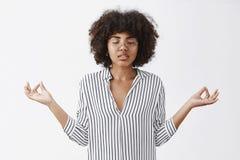 Beruhigen während der Vermittlung Weibliche Geschäftsfrauführung des entspannten attraktiven modernen Afroamerikaners ermüdend lizenzfreies stockbild