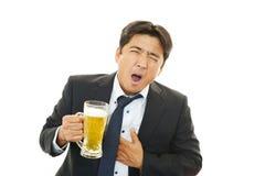 Berusad affärsman med öl arkivfoto