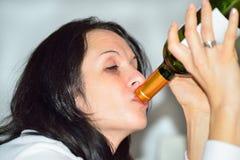 Berusad kvinna med rött vinflaskan Arkivfoton