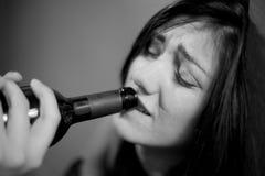Berusad kvinna som dricker att gråta för vin som är svartvitt Arkivfoton