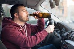 Berusad man som kör bilen och sovande faller arkivfoton