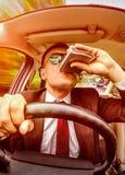 Berusad man som kör ett bilmedel Royaltyfri Foto