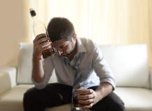 Berusad slösad affärsman och whiskyflaska i alkoholism Arkivfoto