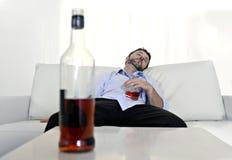 Berusad slösad affärsman och whiskyflaska i alkoholism Royaltyfri Foto