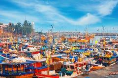 Beruwala, Σρι Λάνκα - 10 Φεβρουαρίου 2017: Τα αλιευτικά σκάφη στέκονται στο λιμάνι Beruwala, την αγορά ψαριών σε Bentota ή την πε Στοκ εικόνες με δικαίωμα ελεύθερης χρήσης