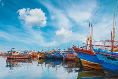 Beruwala, Σρι Λάνκα - 10 Φεβρουαρίου 2017: Τα αλιευτικά σκάφη στέκονται στο λιμάνι Beruwala, την αγορά ψαριών σε Bentota ή την πε Στοκ Εικόνα