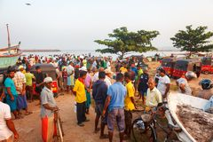 Beruwala, Sri Lanka - 10 février 2017 : Le groupe de vendeurs et les clients négocient à la poissonnerie dans la région de Bentot photo stock