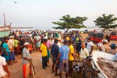 Beruwala, Sri Lanka - 10 febbraio 2017: Il gruppo di venditori ed i clienti negoziano al mercato ittico nell'area di Aluthgama o  fotografia stock