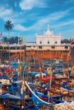 Beruwala Sri Lanka - 10 Februari, 2017: Fiskebåtar står i den Beruwala hamnen, fiskmarknad i Bentota eller Aluthgama område Sikts Arkivbild