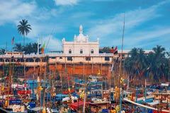 Beruwala Sri Lanka - 10 Februari, 2017: Fiskebåtar står i den Beruwala hamnen, fiskmarknad i Bentota eller Aluthgama område Sikts Royaltyfria Bilder