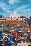 Beruwala Sri Lanka - 10 Februari, 2017: Fiskebåtar står i den Beruwala hamnen, fiskmarknad i Bentota eller Aluthgama område Sikts Royaltyfria Foton
